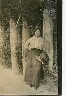 MUJER POSANDO JUNTO A UN ARBOL, MODA ANTIGUA / WOMAN POSING, OLD FASHION / CIRCA 1930 POSTAL POST CARD -LILHU - Fotografie