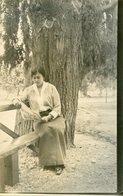 MUJER SENTADA JUNTO A UN ARBOL, MODA ANTIGUA / WOMAN SITTING, OLD FASHION / CIRCA 1930 POSTAL POST CARD -LILHU - Fotografie