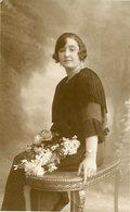 MUJER SENTADA CON FLORES, MODA ANTIGUA / WOMAN SITTING WITH FLOWERS, OLD FASHION / CIRCA 1920 POSTAL POST CARD -LILHU - Fotografie