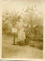 MUJER CON VESTIDO BLANCO, MODA ANTIGUA / WOMAN WITH WHITE DRESS, OLD FASHION / CIRCA 1920 PHOTO FOTO -LILHU - Anonymous Persons