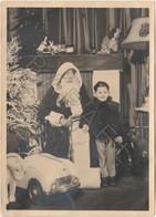 PHOTO - Petit Garçon Avec Le Père-Noël Et Voiture à Pédale (+ Détail Tampon Du Photographe) - Personnes Anonymes