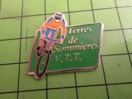613F Pins Pin's / Rare & De Belle Qualité  THEME : SPORTS / CYCLISME VTT TERRE DE SOMMIERES VELO ROUE - Cycling