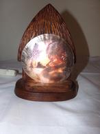 Lampe En Bois En Forme De Hutte Avec Nacre Gravée Décor Tahitienne Et Palmiers - Luminaires