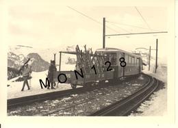 SUISSE ALPES BERNOISES - GRINDELWALD 1966 - PHOTO 9x13 Cms - TRAIN TRANSPORT DES SKIS SKIEURS - Lieux