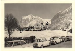 SUISSE ALPES BERNOISES - GRINDELWALD 1966 - PHOTO 9x13 Cms - CHALETS MONTAGNE VOITURES A IDENTIFIER - Lieux