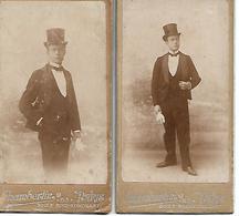 GENTLEMAN - Lot De 2 CDV - Par Chamberlin, Photographie à Paris - Vers 1900- Chapeau Claque - A Voir ! - Personnes Anonymes