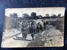 GROUPE De SOLDATS Partant En Manoeuvre Avec Tank Carte Photo - Maniobras