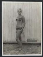 JOLIE FEMME EN MAILLOT DE BAIN * BIKINI * BLONDINE * +- 1960 * 9 X 7 CM - Pin-up