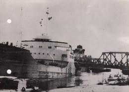 PHOTO ORIGINALE (13x18) L  Bloquée Sur Le Canal De Suez Le Petrolier Liberien World Peace  A Heurté Une Pile Du Pont - Célébrités