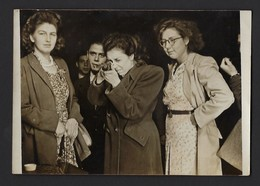 PHOTO FEMME FUSIL A LA MAIN *1948 * FETE FORAINE * TIR A LA CARABINE * SHOOTING STAND GUN * KERMESSE * LEUVEN * LOUVIN - Personnes Anonymes