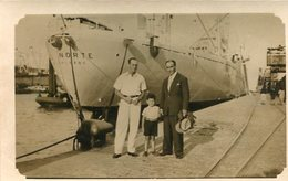 DOS HOMBRES Y UN NIÑO CON BARCO ATRAS / TWO MEN AND A BOY WITH SHIP BEHIND FOTO PHOTO SIZE 9X14 CM -LILHU - Bateaux