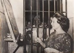 PHOTO ORIGINALE ( 13x18) EDINA PONI Apprenant A Lire Aux Prisonniers - Célébrités