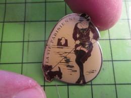 1017 Pins Pin's / Rare & De Belle Qualité  THEME : PIN-UPS / LA VIE PARISIENNE FEMME AVEC SON CHIEN BAS NYLON - Pin-ups