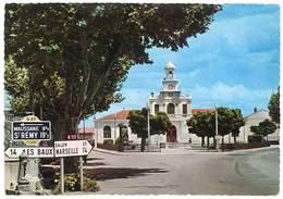 Cpsm Saint Martin De Crau - La Mairie Et Le Carrefour ( Panneau, Borne, D.27 Vers Maussane, St-Rémy ) - France