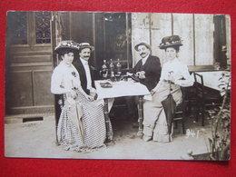 """43 - VAZEILLES - CARTE PHOTO -  CAFE - L'HEURE DE BOIRE UN COUP...2 FEMMES ELEGANTES, CHAPEAUX FLEURIS """" TRES RARE """" - - Otros Municipios"""