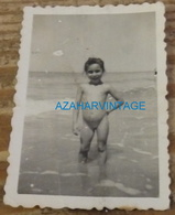 REAL PHOTO FILLE NU SUR LE PLAGE, 45X65MM - Personas Anónimos