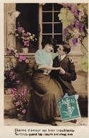 """CARTE FANTAISIE. COUPLE. SÉRIE DE 5 CARTES COULEUR. . """" AMOUR INDÉCIS """" ( PAS LE TEXTE)  . ANNÉE 1910 - Couples"""