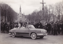 PHOTO 24,3 Cm X 17,2 Cm AUTO PANHARD DYNA Z12 Grand Standing Cabriolet - Futur Pape Jean XXIII En 1958 à LOURDES. - Cars