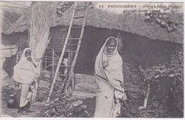 INDE - PONDICHERY  ( Dos Simple Messagerie Maritimes ) - JEUNES FILLES BENGALI DEVANT LEURS HABITATIONS CASE EN PAILLE - Inde