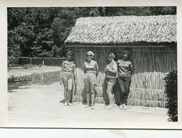 CUATRO MUJERES APOYADAS EN UNA CHOZA /  FOUR WOMEN SUPPORTED IN A CHOICE- FOTO PHOTO CIRCA 1960 B/N B/W -LILHU - Anonymous Persons