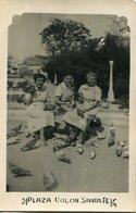 TRES MUJERES DANDOLE COMIDA A LAS PALOMAS / THREE WOMEN GIVING FOOD TO THE PIGEONS - FOTO PHOTO CIRCA 1950 B/N B/W LILHU - Personnes Anonymes