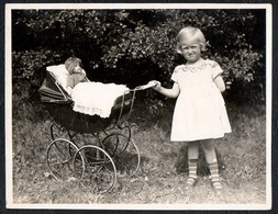 C0342 - Foto - Mädchen Mit Puppe Puppenwagen Spielzeug - Fotografie
