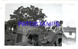 104869 AUTOMOBILE TRACTOR AND CHILDREN 11 X 7 CM PHOTO NO POSTAL POSTCARD - Cartes Postales