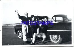 104875 AUTOMOBILE CAR AUTO SEDAN AND FAMILY PHOTO NO POSTAL POSTCARD - Cartes Postales