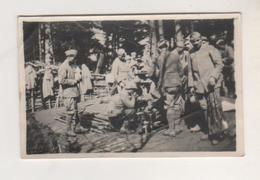 MILITARIA - PETITE PHOTOGRAPHIE LEGENDE DANS LES BOIS DE D...........G, DISTRIBUTION DE LA SOUPE ET DU VIN, MARS 1916 - - 1914-18