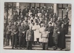 Groupe Militaires Croix Rouge Soeurs Infirmières Gradés à Identifier - Militaria