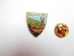 Superbe Pin's En émail , Blason Du Sanctuaire Notre Dame De Laghet , La Trinité , Alpes Maritimes - Città