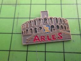 1717 Pins Pin's / Rare & De Belle Qualité  THEME : VILLES / ARLES ARENES Des Neiges ? - Città