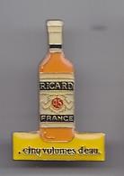 Pin's Bouteille De Ricard Cinq Volumes D'eau Réf 4617 - Beverages