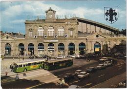 Lille: PEUGEOT 204, 404 BREAK, OPEL KADETT-A, RENAULT 4-COMBI,5,12, CITROËN DS, FORD P6 TURNIER, AUTOBUS  - La Gare SNCF - Toerisme