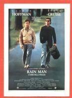 CINEMA-CARTOLINA MANIFESTO FILM- RAIN MAN-L'UOMO DELLA PIOGGIA-DUSTIN HOFFMAN.TOM CRUISE-VALERIA GOLINO - Manifesti Su Carta