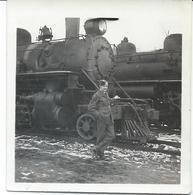 Photo Originale Soldat Militaire Devant Une Locomotive - Vehicles