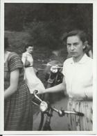 Photo Originale Pin Up Jeune Fille En Vélo Vers 1945/1955 - Cyclisme