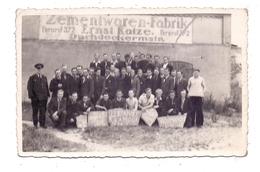 UNBEKANNT / UNKNOWN - Zementwaren-Fabrik / Dachdeckermeister Ernst Katze, Fernruf 372, Photo-AK, Zivilarbeiter ? - Cartes Postales