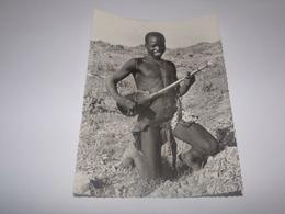 Missions Des Oblats Au Cameroun Et Au Tchad.Jeune Kapsiki Jouant De La Guitare. - Missions