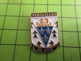 513i Pins Pin's / Rare & De Belle Qualité  THEME : ASSOCIATIONS / BRETONS DE VERSAILLES 80 ANS HERMINE ET FLEUR DE LYS - Associations
