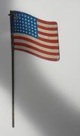 Drapeau US Ondulé En Tole Type Crécelle.de La Liberation 1945 Recto  Verso ; Militaire - Flags
