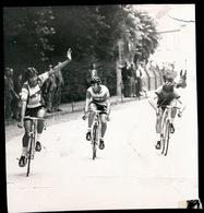 JUNIOREN MERKEM SPURT GEWONNEN DOOR LEFEVRE VOOR QUARTIER    1974  FOTO 11 X 10 CM - Houthulst