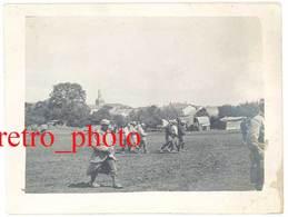Photo Guerre 14 / 18 - Militaires, Soldats Dans Village ( Meurthe Et Moselle, Clocher De Montzéville ? ) - Guerre, Militaire
