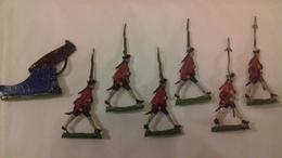Soldats Plat D'étain Peints. Lot De 6 Figurines Piétons Plus Un Canon  (Ln°10) - Jouets Anciens