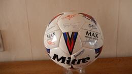 Ballon De Football - Sporting De Charleroi Ou Equipe Anglaise - Avec Signatures - Autographes