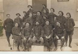 CPA - PHOTO - GROUPE DE MILITAIRES - EN SOUVENIR DE LAGUERRE - 1915 - DRAGUIGNAN - QUARTIER CHABRAN - HY LEROY - Régiments