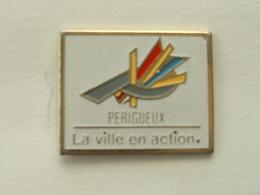 Pin's PERIGUEUX - LA VILLE EN ACTION - Città