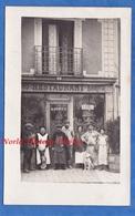 CPA Photo - Lieu à Situer - Beau Portrait D'homme & Femme Devant Le Restaurant A. DESSEZ - Chien Métier Artisan Ouvrier - Cartes Postales