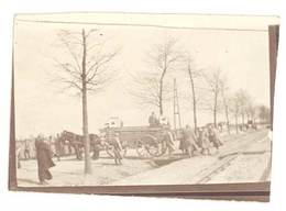 2 Petites Photos Guerre 14 / 18 - Soldats, Militaires Manoeuvrant Des Charrettes - Guerre, Militaire