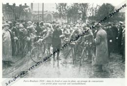CYCLISME : PHOTO (1919), PARIS-ROUBAIX, LES CONCURRENTS S'ARRETENT POUR RECEVOIR LEUR RAVITAILLEMENT, COUPURE LIVRE - Cyclisme